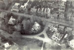 Huydecoperweg 6, 9, 11, 13,15 en 17  anno 05-07-1925 Luchtfoto. Gezicht op boven de Slotlaan, Midden Villa Parkhill.en Panden . Coll. Z.H.G.